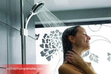 Những lợi ích đem lại của việc tắm dưới sen cây tắm nóng lạnh